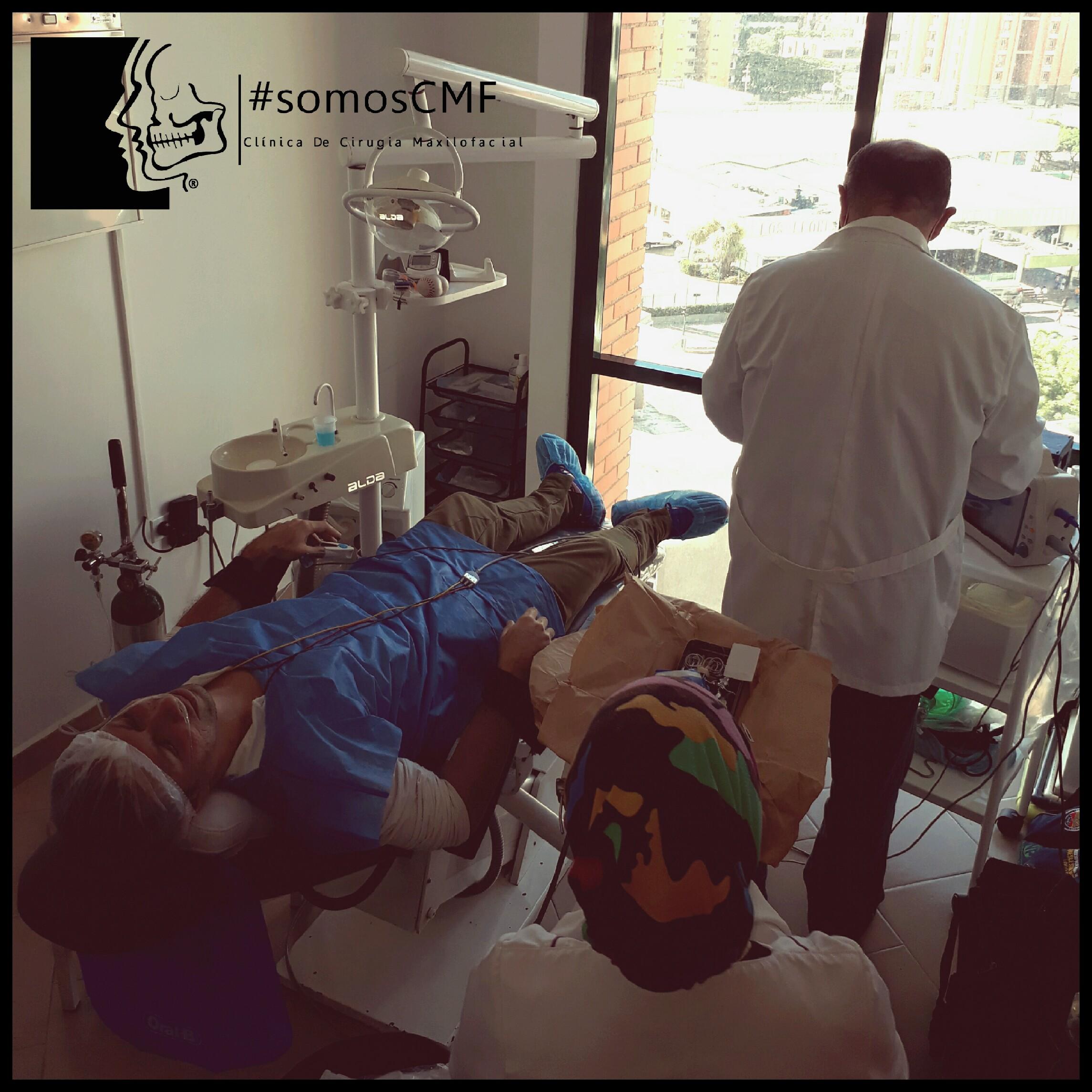 Médico anestesiólogo administrando sedación, endovenosa